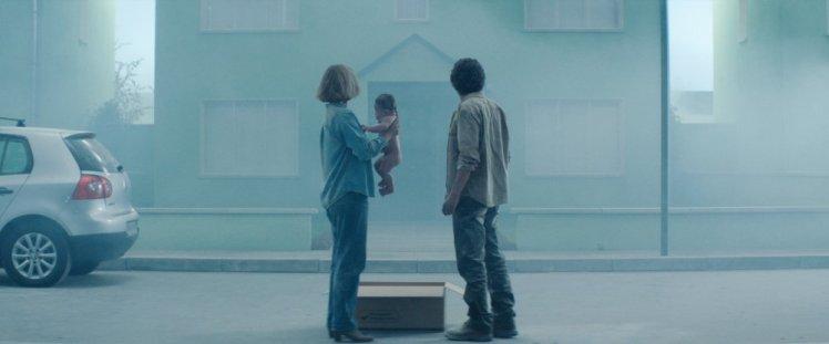 vivarium-2019-002-imogen-poots-jesse-eisenberg-outside-foggy-house